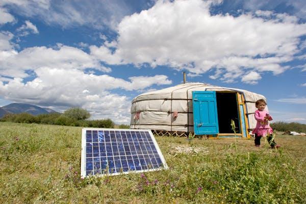 Solar-panels-and-child-in-Mongolia_UN-Photo---Eskinder-Debebe