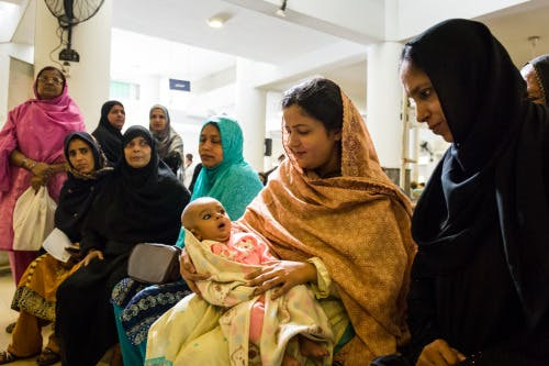 A mother waiting to get her baby vaccinated, Indus hospital, Karachi. Photo: Gavi/ Isaac Griberg.