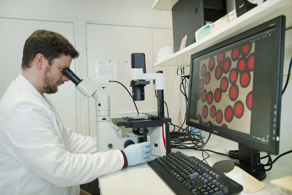 Thermis worker tests vaccines
